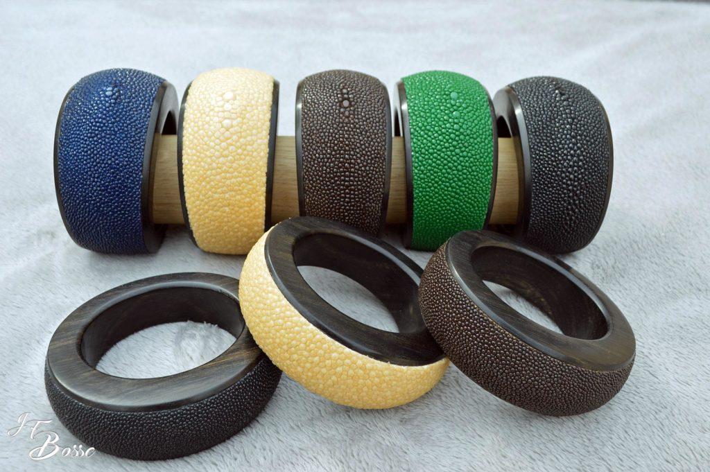 Bracelets en ébène du Gabon gainés en galuchat non poncé