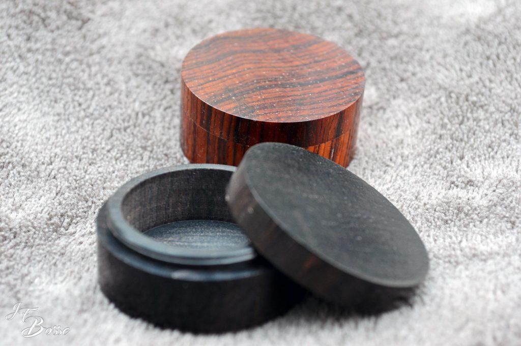 Pilulier en bois avec son couvercle fileté