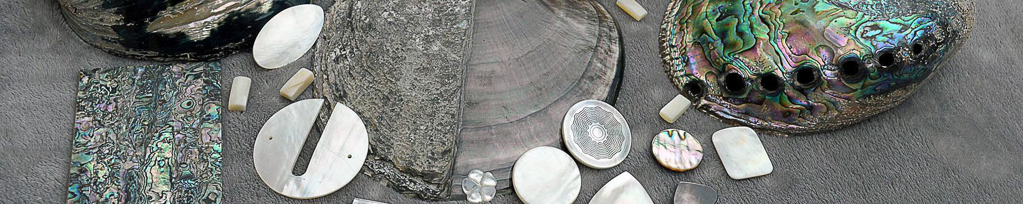 Nos matières premières naturelles (corne, nacre, écaille, dent os…) ou alternatives (résines imitation ivoire, lazuli, corail, ambre…)