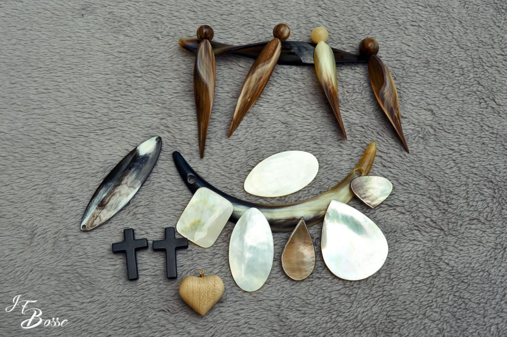 Accessoires divers pour des compositions en bijouterie (corne, ébène, nacre)
