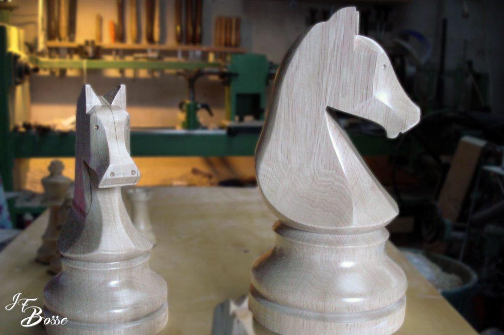 Tournage sur bois et mise en proportion de pièce de jeu d'échec
