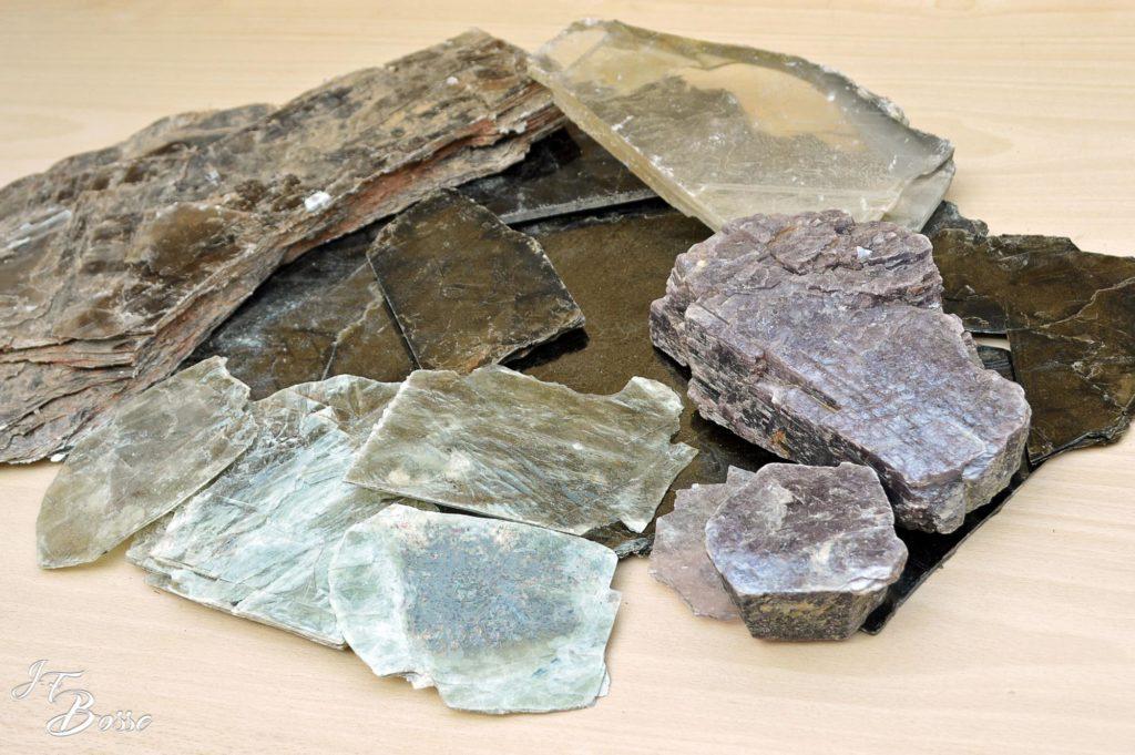 Mica noir, brun, blanc transparent, verdâtre et violet (feuilles et blocs)